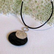 Pendentif moderne noir et argenté monté sur cuir noir