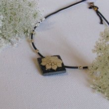 Pendentif Ras du Cou pour Femme en Ardoise avec une Fleur Ecrue monté sur un cordon de Silicone Noir, Création Unique
