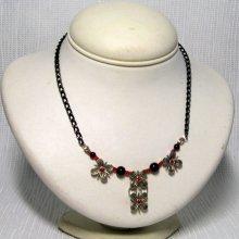 collier fleur argentée au coeur rouge sur chaine noire