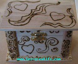 pyrogravure sur coffre en bois. Black Bedroom Furniture Sets. Home Design Ideas