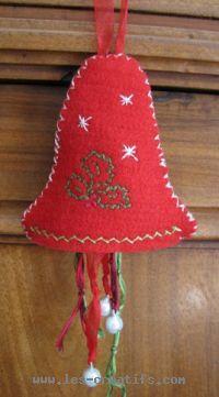 Cloche de Noël en feutrine et broderie