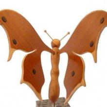 papillon en sapiens, cerisier et hêtre petite touche d'ébène sur socle en marbre italien Terrazzo à poser sculpture en bois