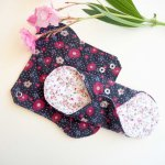 Serviette hygiènique lavable T1, noir fleursrouges/jaunes, coton petites fleurs rose