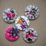 5 Gros boutons bois avec horloge mais motifs différents, 30mm ton blanc fleuri