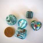 Lot de 5 perles en verre différentes, tons bleu  turquoise clair et feuile d'argent