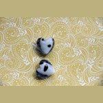 2 Perles  coeur en verre , transparent bleu clair,  intérieur blanc avec points noirs