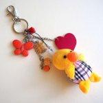 Bijou de sac avec poussin jaune, bec orange tout doux, coeur rouge cuir, perles verre