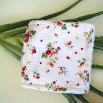 Lingette démaquillante lavable, tissu blanc fraises