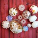 Lot de 13 Perles verre de styles différents  ovale ,ronde, plate tons blanc, nacré, transparent