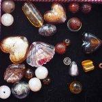 Lot de 26 Perles verre de styles différents  ovale ,ronde, plate, coeur... différents ton marron  or clair et foncé