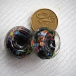 Lot de 2 grosses perles en verre  ton noir, inclusions couleurs et or, trou côté