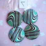 Lot 5 perles NACRE, 25mm, fond blanc avec vagues vertes, noires, marron , trou transversal+/-1mm