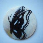 Pendentif, breloque de NACRE 50mm plat circulaire avec papillon