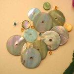 Lot 13 perles NACRE, 30 à 20mm, vert clair avec trou central