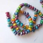 Cordon de 82 perles nacre irrégulières colorées et nacrées, perles de coquillage, 38cm