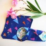 Protège slip lavable et réutilisable, flanelle et PUL, fanelle  bleu motif rose, PUL blanc fleurs bleues