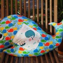 BALEINE, 50x36cm, coton bleu avec baleines rouges, jaunes, vertes...