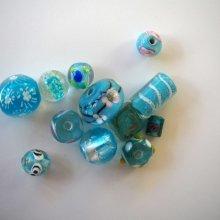 Lot de 12 perles en verre différentes 10 à 18mm, tons turquoise avec fleurs, argent et motifs