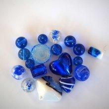 Lot de 18 perles en verre différentes bleu foncé  et clair avec motifs