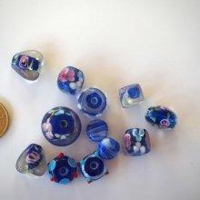 Lot de 11 perles en verre différentes, tons bleu marine avec fleurs à l' intérieur