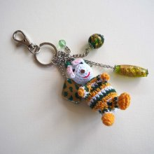 Bijou de sac avec lapin crochet blanc vert avec  perles de verre ton vert