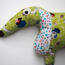 Chien style Teckel, allongé, 60x28cm, tissu vert avec chien, hérissons