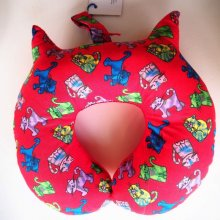 Coussin nuque , modèle animal, tissu chats,forme chat, rouge