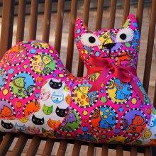 Gros CHAT couché 46x34cm, tissu  gris avec chats et souris