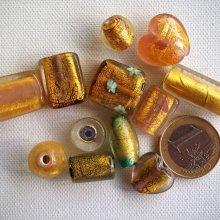Bel ensemble de 12 perles en verre différentes, tons jaune avec feuille d'or