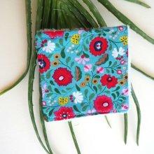 Lingette démaquillante lavable, tissu turquoise avec fleurs rouges