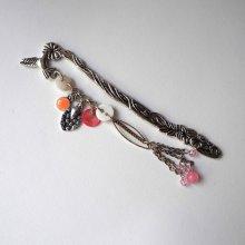 Marque-pages,  oiseau argenté et ciselé avecsuspensions rose et blanc , Fête