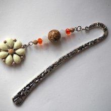 Marque-pages, argenté et ciselé avec grosse fleur écru acrylique, Fête