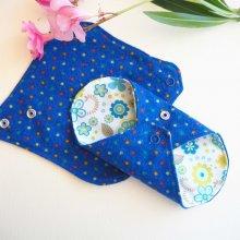 Protège slip lavable et réutilisable, flanelle et PUL, fanelle bleu à pois, PUL blanc avec fleurs bleues