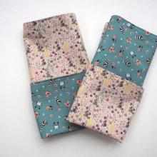 C- Serviette de table 33x33cm, une face fond bleu avec motifs bleus, l'autre fond rose avec petites fleurs