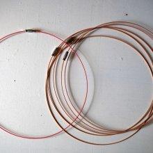 Tour de cou, collier court, fil acier, ton beige rosé