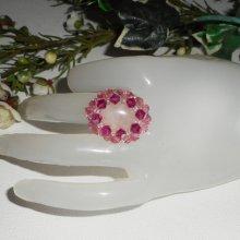 Bague originale avec pierre en quartz rose brodée de perles en cristal