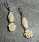 Boucles d'oreilles rose écru en gorgone sur dormeuses en argent 925