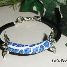 Bracelet perle d'argile bleu avec ailes en métal sur cordon noir