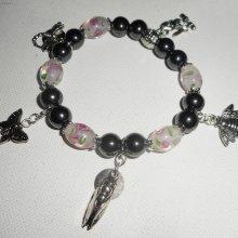 Bracelet en perles de verre rose et pierres en hématite avec pampilles sur le thème des oiseaux