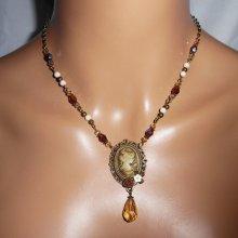 Collier camé marron  avec perles de cristal et pierres écrues sur chaine bronze
