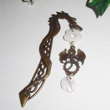 Marque page dragon en métal bronze avec nacre blanche