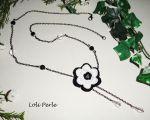 Sautoir fleur blanche et noire avec cristal et perles sur