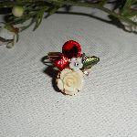 Bague fleurie avec rose et strass rouge