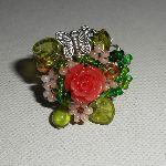 Bague brodée rose corail et verte avec perles en verre et papillon argent