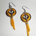 Boucles d'oreilles médailles ancres avec daim jaune moutarde