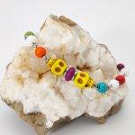 Bracelet en pierres multicolores avec tête de mort jaune