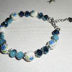 Bracelet en perles de pocelaine fleurie avec perles en cristal bleu