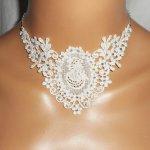 Collier de Cérémonie dentelle écrue motif camé fleuri avec cristal de Swarovski