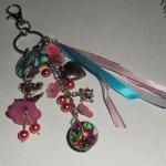 Porte clés/Bijoux de sac poupée rose avec perles et rubans multicolores