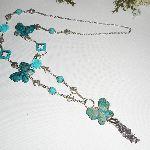 Sautoir en pierres turquoise avec fleurs et papillon en résine